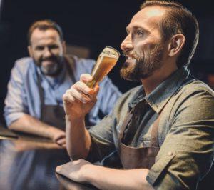 Ølsmagning mellem gamle venner