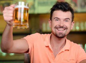 En frisk, ung mand gør et nummer ud af sin ølsmagning