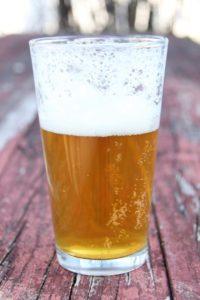 Fede øllår i glas med gylden, lækker øl