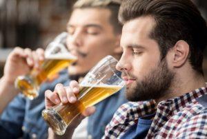 To venner nyder deres ølsmagning
