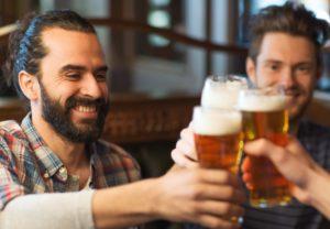Venner hygger over en ølsmagning